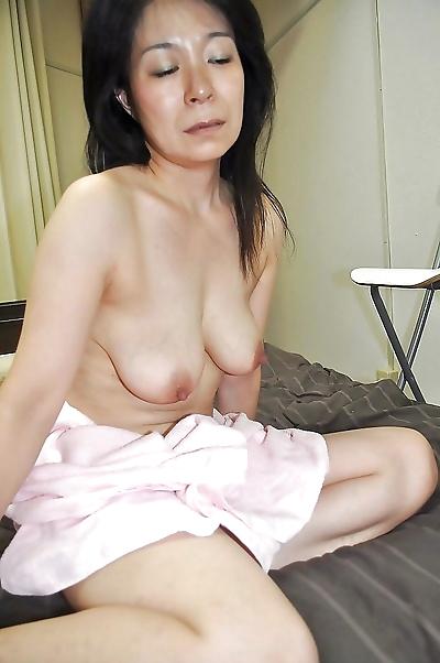 Akiko Oda plays with a..