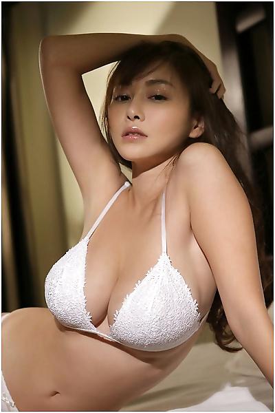 매력적인 busty 아시아 gfs posing..