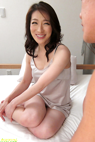 Nice wet pussy on a beautiful japanese mom - part 4100