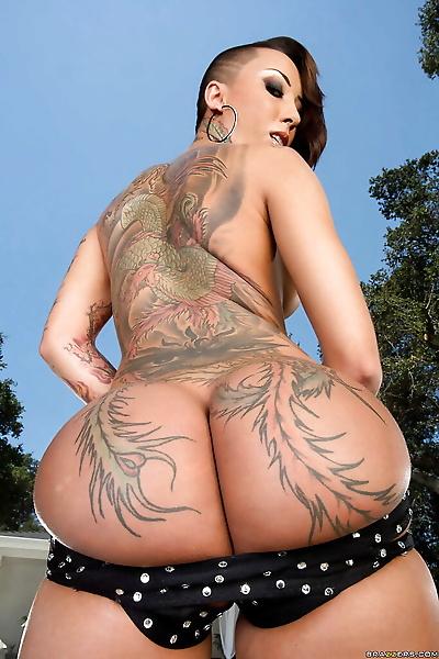 Tattooed Asian babe Bella Bellz demonstrates her perfect ass